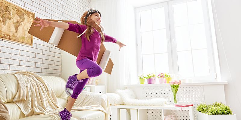 Kind springt von Couch
